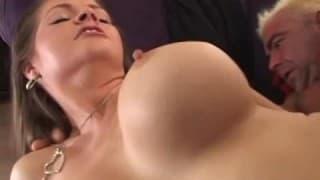 Eine behaarte Frau wird mit Sperma gefüllt