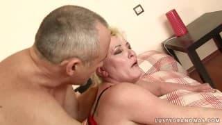 Eine reife Lady kommt zum Orgasmus