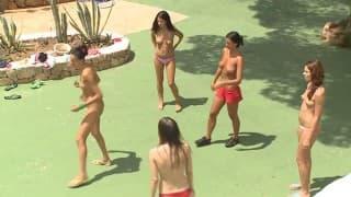 Lesben spielen draußen mit ihren Klitoris