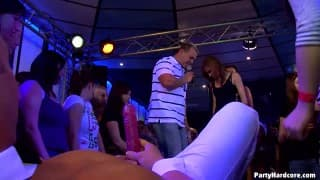 Titten von Amateuren im Nachtclub geleckt