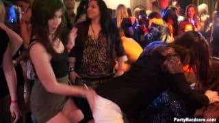 Dicke Schwänze werden im Nachtclub geblasen