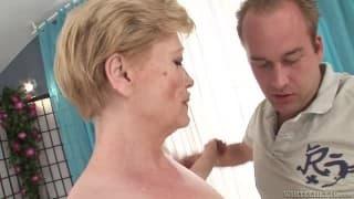 Reife und haarige Frau wird durchgefickt
