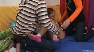 Eine junge Frau probiert den Gruppensex aus