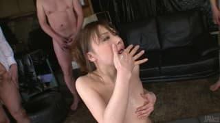 Aiko Hirose bedient einige Schwänze