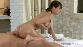 Masseuse mit dicken Titten masturbiert