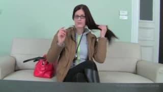 Schlampige Brünette mit Brille auf Sofa