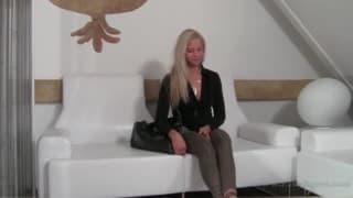Jennifer wird vor der Kamera genagelt