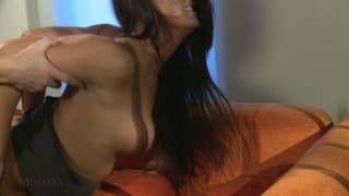 Mom XXX- Milf mit dicken Titten auf dem Sofa