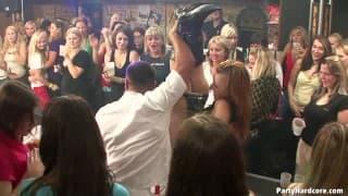Verrückte Orgie in einem Nachtclub!