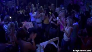 Kleine Schlampen ficken im Nachtclub