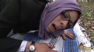 Araberin mit Brille wird draußen gefickt