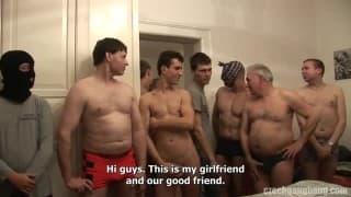 Freundinnen werden von 80 Typen gefickt