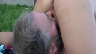 Eine erregte Blondine und ein Bauer