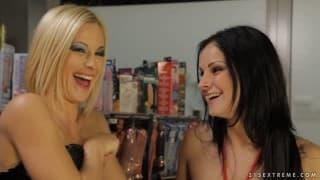 Emma und Abbie Cat- Zwei Lesben nutzen Dildo