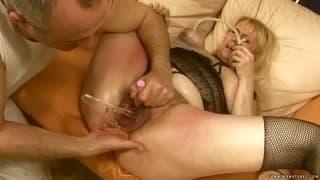 Eine reife Frau genießt viele Sexspielzeuge