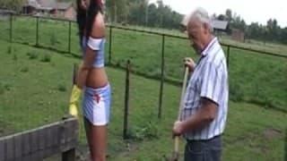 Älterer Mann hat einen schönen Zeitvertreib