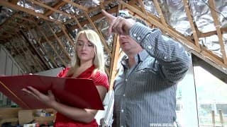 Junge Blondine fickt Bauleiter