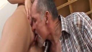 Brünette fickt mit einem älteren Typen
