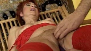 Eine reife Frau probiert einige Sextoys aus