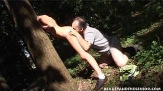 Im Wald von altem Typen gefickt