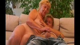Junger Typ fickt alte Frau