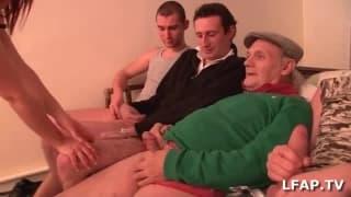 Kleine französische Hure von 4 Typen gefickt
