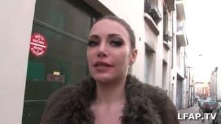 Eine französische Milf bläst einen Penis