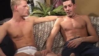 Schwulenporno mit blondem und braunem Typen