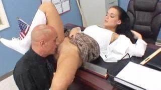 Natasha Nice wird auf dem Stuhl gefickt