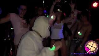 Zwei Schlampen ficken in einem Nachtclub