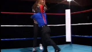 Ein Liliputaner fickt im Ring