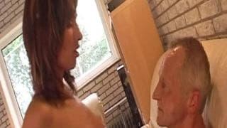 Suzie bläst den Penis ihres Mannes
