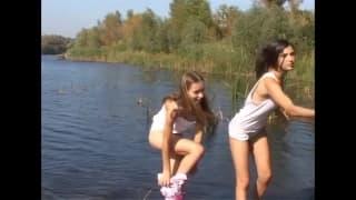 Zwei Mädchen fummeln gerne herum