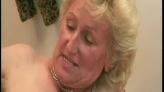 Die alte Frau Monica wird gerne wild gefickt