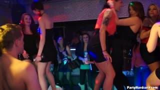 Ein Porno im Nachtclub mit notgeilen Frauen