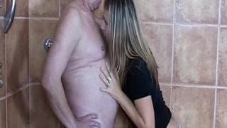 Ein Mädchen nutzt alten Mann sexuell aus