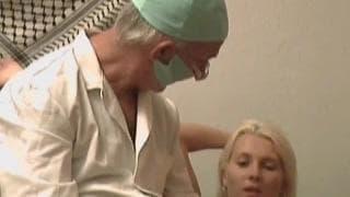 Melissa lässt sich vom Penis untersuchen