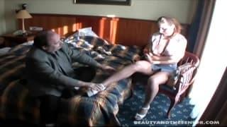 Ein alter Mann kümmert sich um die junge Fotze