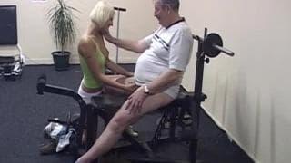 Martine spielt mit dem Penis eines Mannes
