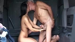Eine Brünette fickt ihren Großvater