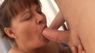 Eine reife Fotze hat Sex mit einem jungen Mann