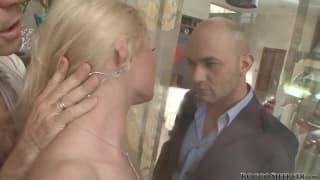 Hardcoreszene mit der Blondine Anita Hengher