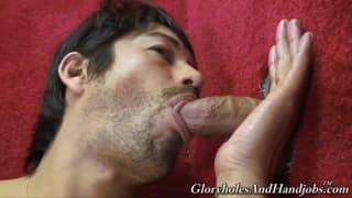 Ein schwuler Mann der gerne im Gloryhole steht