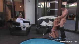 Er fickt eine sexy Blondine am Pool