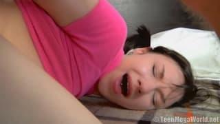 Teenager stöhnt in diesem kranken Pornofilm