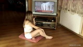 Eine junge Schwangere befriedigt ihren Körper