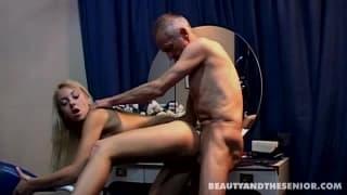 Junge Blondine hat Sex mit einem älteren Mann