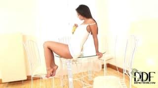 Eve Angel benutzt eine Banane zum Masturbieren