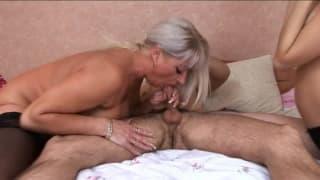 Eine ältere & jüngere Frau bekommen Arschfick