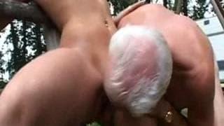 Junges Mädchen und älterer Typ haben Spaß